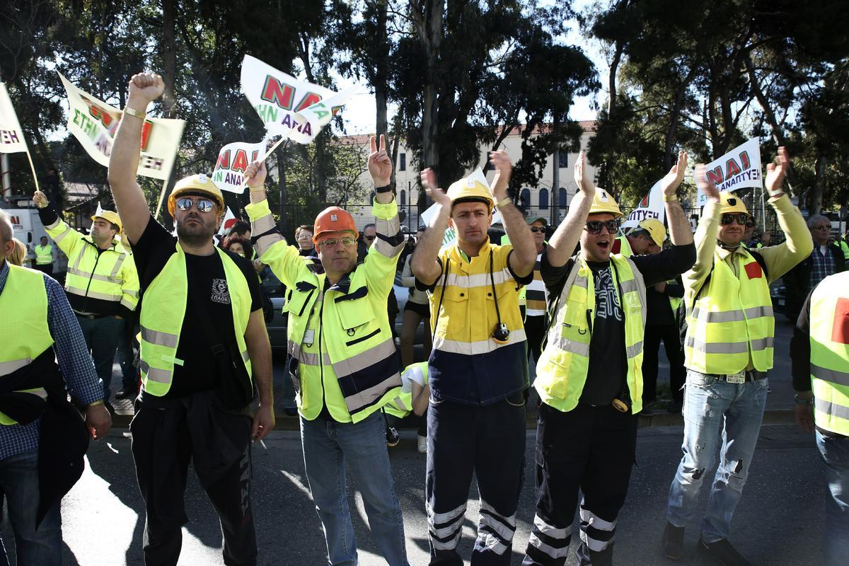 Demonstration of workers of Hellas Gold and their relatives relating to the continuation of gold mining in the mines of Halkidiki, in Athens, Greece on April 16, 2015. / Διαδήλωση υπερ της εξόρυξης χρυσού στα μεταλλεία της Χαλκιδικής από εργαζόμενους της Hellas Gold και συγγενών τους, στην Αθήνα, Ελλάδα στις 16 Απριλίου 2015.